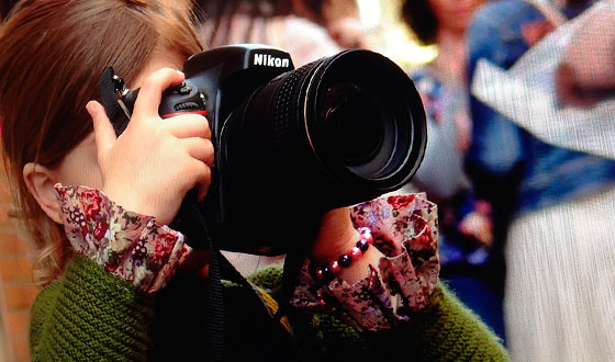 девочка с фотоаппаратом никон
