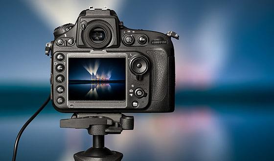 фотоаппарат на штативе