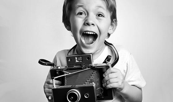 ребенок с фотоаппаратом