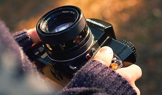 с фотоаппаратом в руке