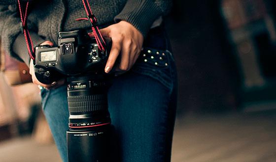 зеркальный фотоаппарат в руках