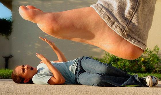 девушка боится ноги