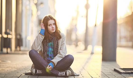девушка сидит против солнца