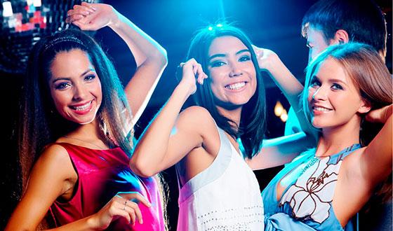 девушки танцуют в клубе