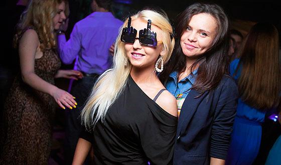 две девушки в ночном клубе