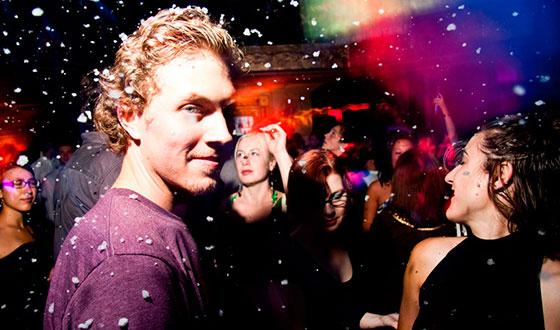 парень танцует в клубе