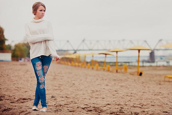 девушка на пляже в пасмурную погоду
