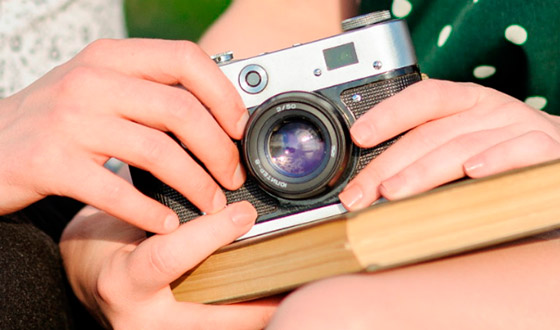 фотоаппарат в руках у девушек