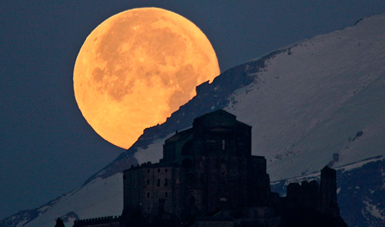 луна из-за горы