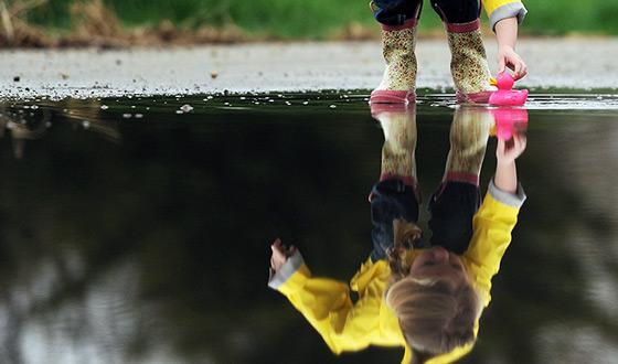 мальчик в отражении воды