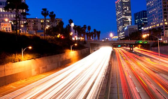 машины в движении ночью