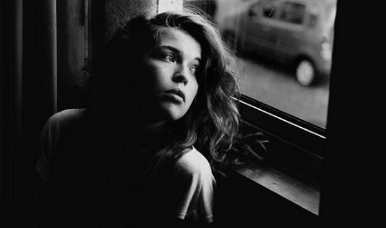 девушка у окна - боковое освещение