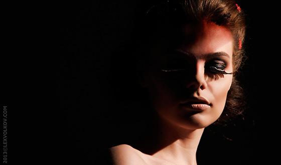 фотография девушки в боковом свете