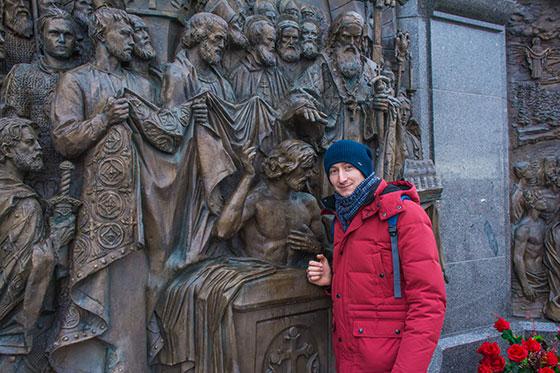 возле памятника князя владимира