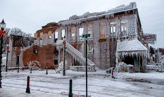 заброшенный дом во льду
